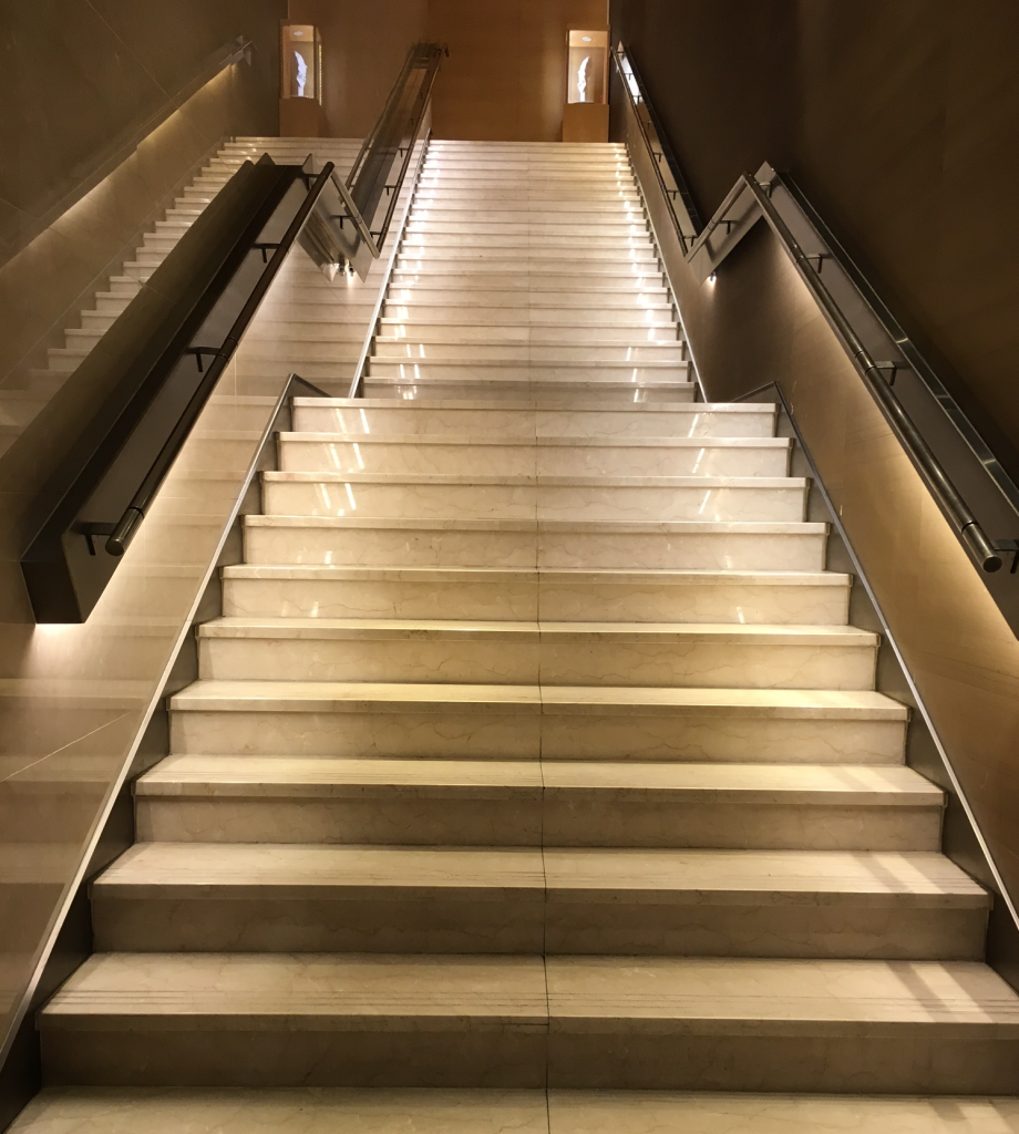 tpe_lounge_stairs