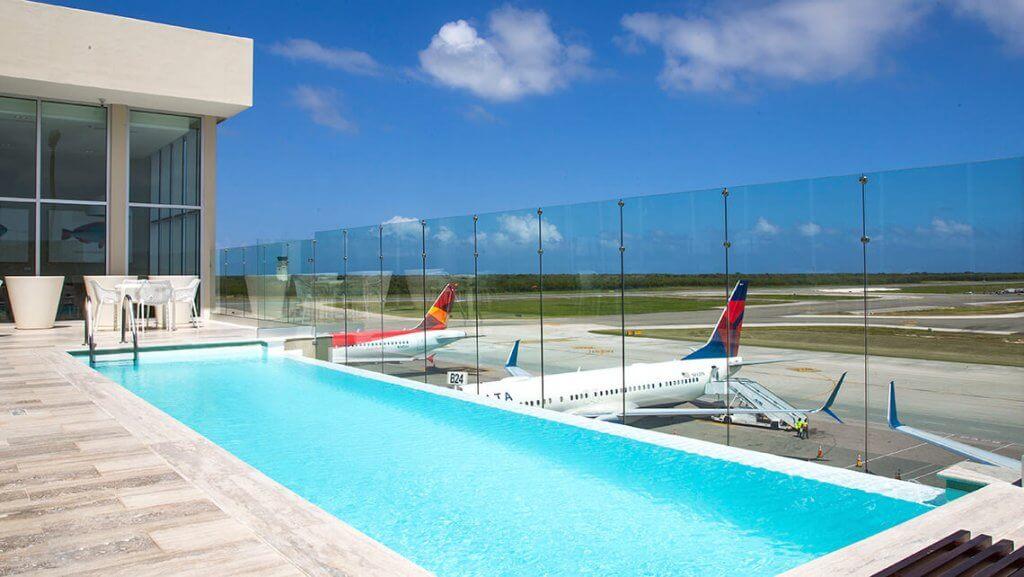プール付きの空港ラウンジ
