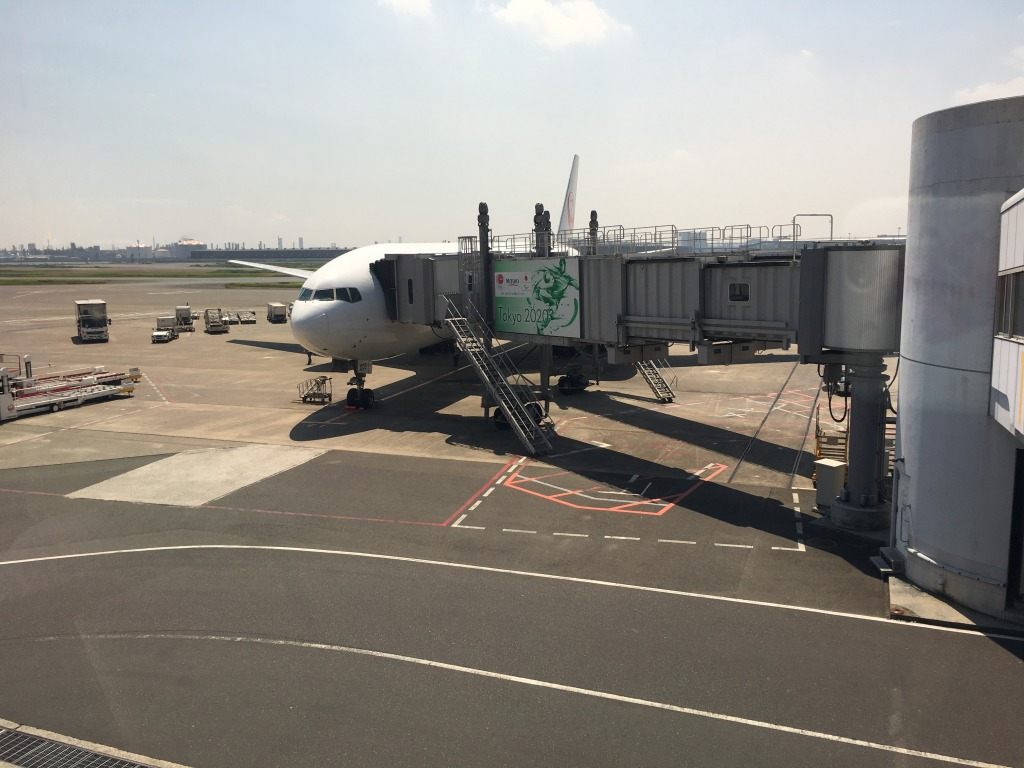 日本航空 JL114(伊丹(ITM) – 羽田(HND)) ファーストクラスのWiFiスピードチェックとカフェミティークのムース